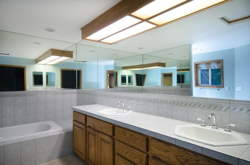 25 Master bath tub